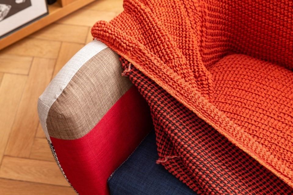 Pohovka v jednofarebných šatách 2