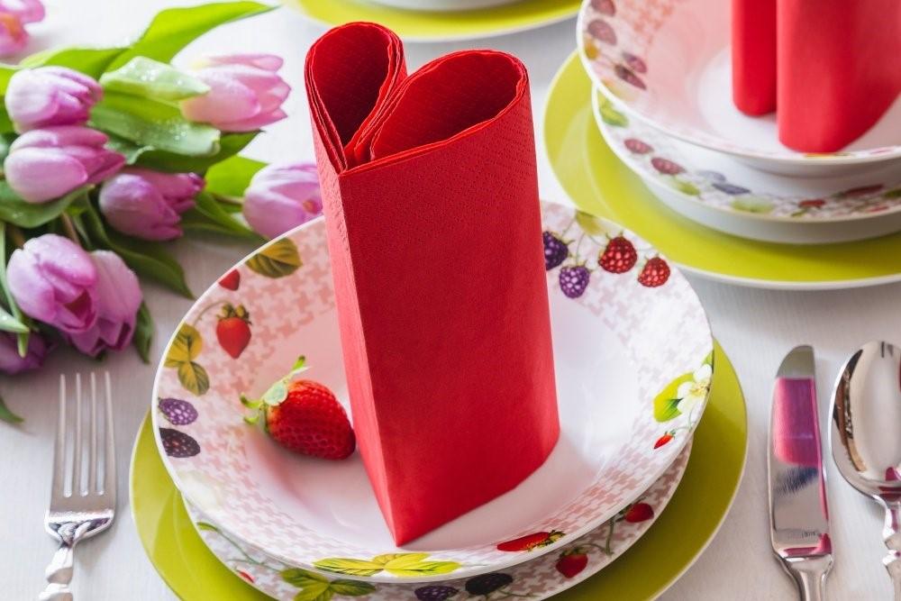 Jarný stôl + obrúsky v tvare srdca 2